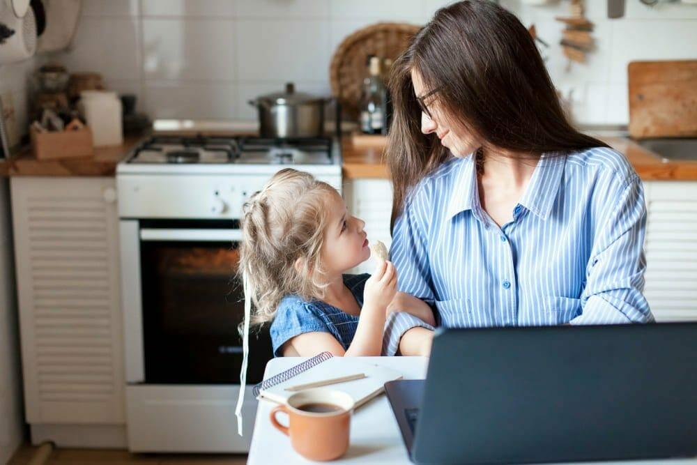 4 formas de entretener a tus hijos mientras trabajas desde casa